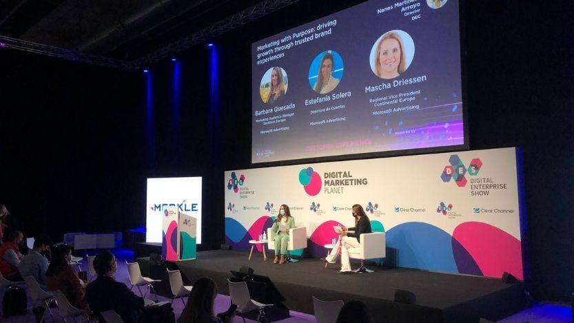 imagen del escenario con dos ponentes donde Microsoft hizo una presentación