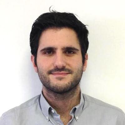 Jérémy Bendayan, cofondateur d'Adsvisers dans une chemise bleu clair qui regarde droit devant lui.
